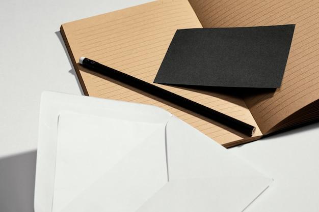 Variedade organizada de objetos de papelaria