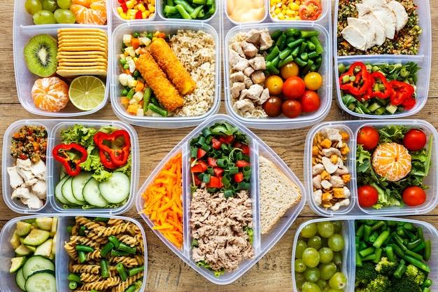 Variedade plana de alimentos cozidos na mesa