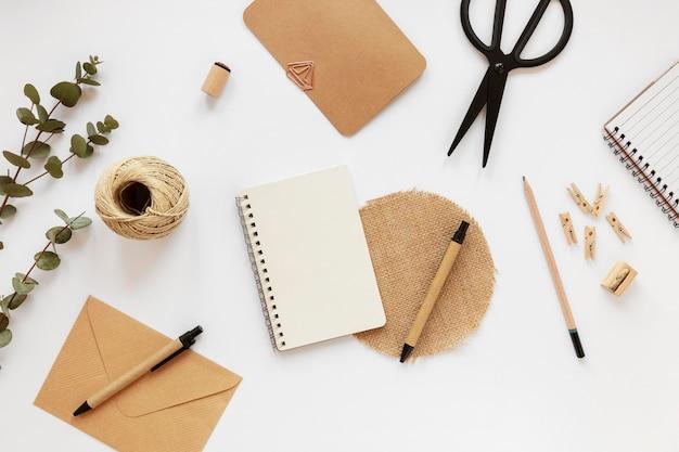 Variedade plana de artigos de papelaria de material natural