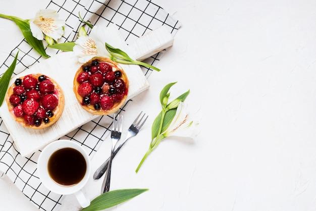 Variedade plana de bolos de frutas leigos