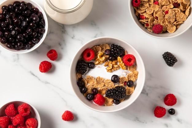 Variedade plana de cereais saudáveis com frutas