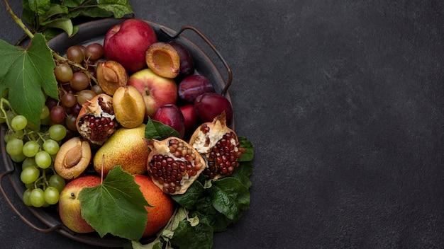 Variedade plana de deliciosas frutas de outono com espaço de cópia