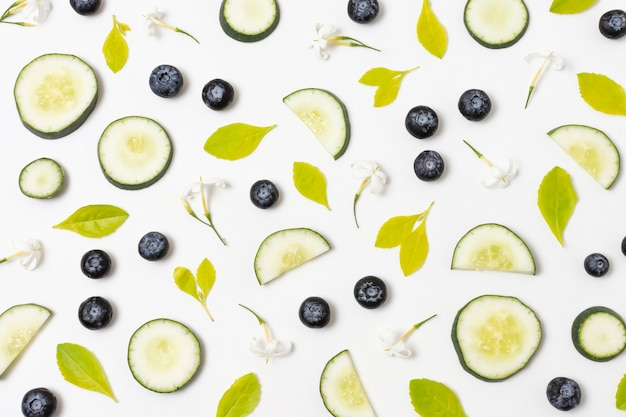 Variedade plana de deliciosos produtos maduros