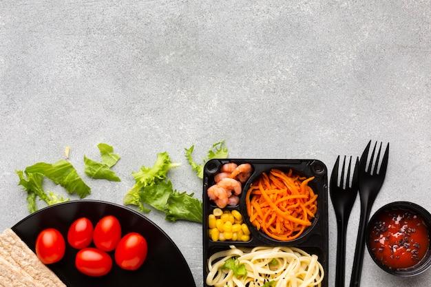 Variedade plana de diferentes alimentos com espaço de cópia