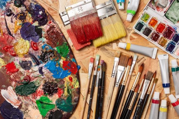 Variedade plana de ferramentas artísticas