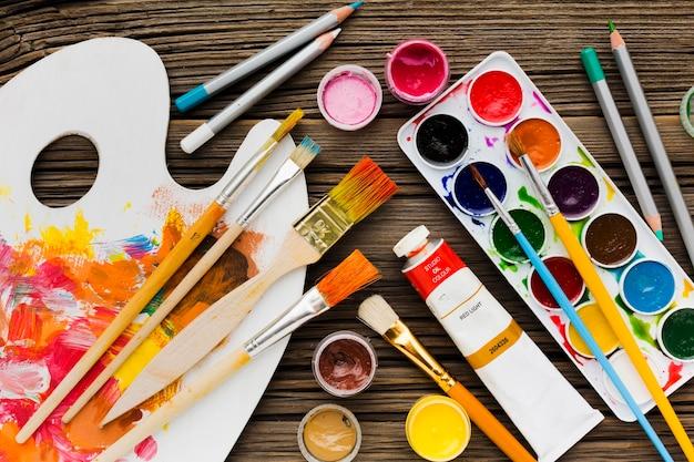 Variedade plana de pincéis e lápis