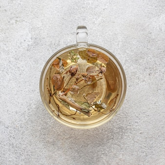 Variedade plana de plantas secas no chá