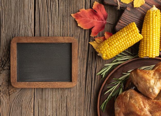 Variedade plana leiga com alimentos em fundo de madeira