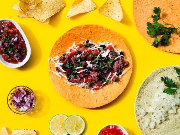 Variedade plana leiga com comida tradicional mexicana