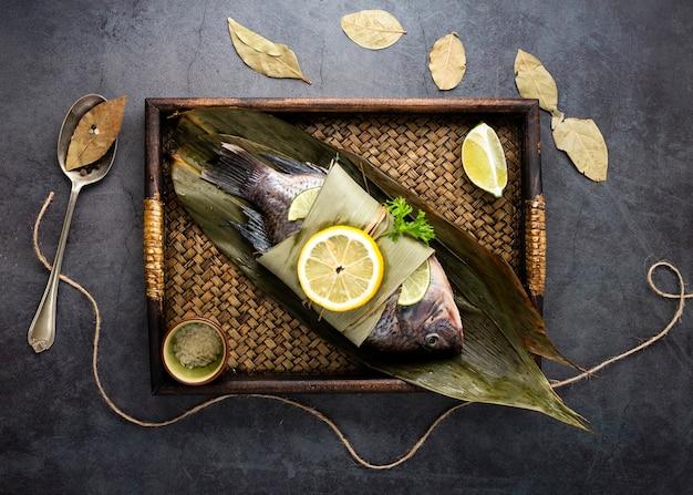 Variedade plana leiga com deliciosos peixes cozidos