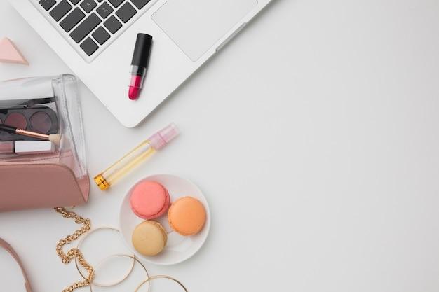 Variedade plana leiga com maquiagem e laptop