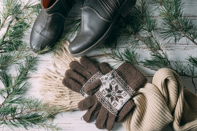 Variedade plana leiga com roupas quentes e sapatos