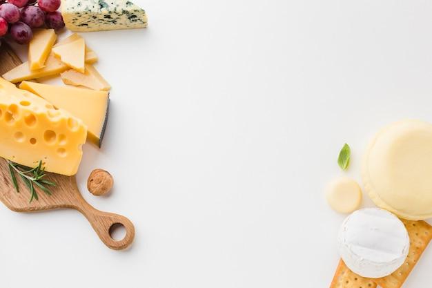 Variedade plana leiga de queijo na tábua de madeira