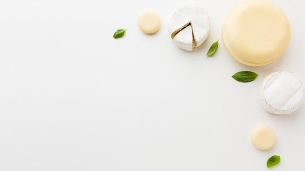 Variedade plana leiga de queijo redondo gourmet com espaço de cópia