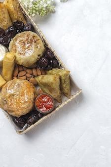 Variedade tradicional de petiscos da comida árabe com amêndoas e tâmaras. comida marroquina. conceito de comida de rua