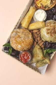 Variedade tradicional de petiscos de brunch árabe com amêndoas e tâmaras. comida marroquina. conceito de take away