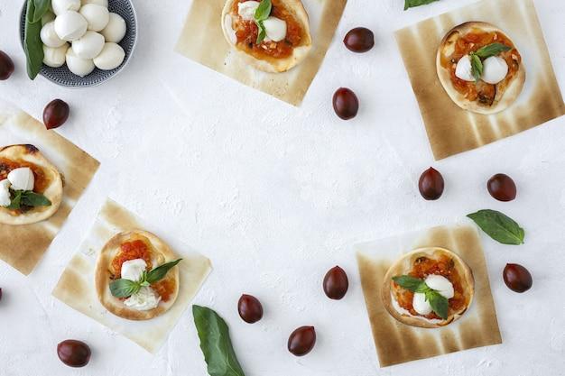 Variedade tradicional de petiscos de brunch árabe com amêndoas e tâmaras