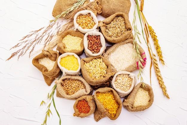 Variedade variada de grãos em sacos marrons