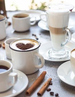 Variedades de café na superfície da pedra