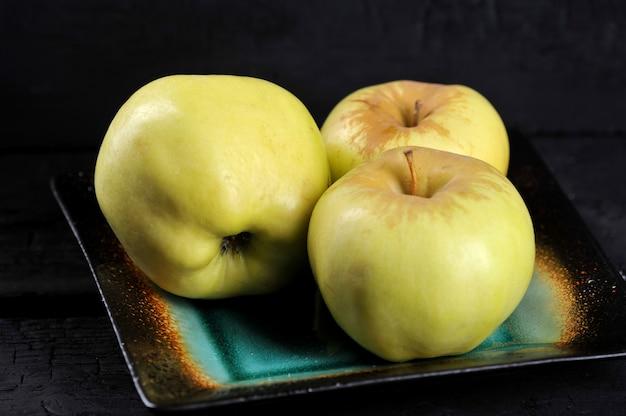 Variedades de maçãs amarelas antonovka em um prato