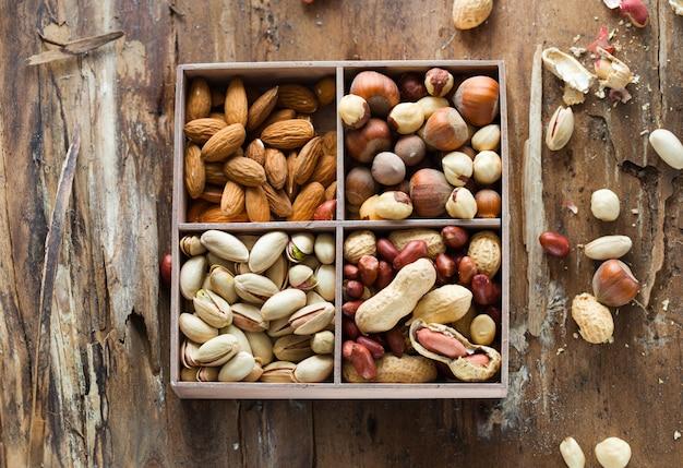 Variedades de nozes: amendoins avelãs castanhas nozes castanha de caju pistache e nozes. comida e culinária.