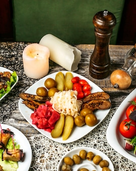 Variedades de picles, berinjela, pepino, couve e tomate cereja