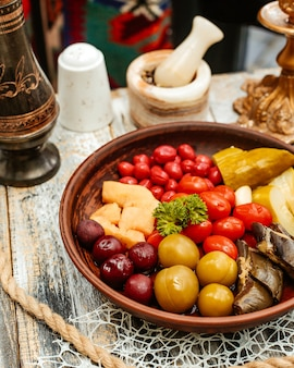 Variedades de picles, tomate cereja, berinjela, pepino e ameixa cereja