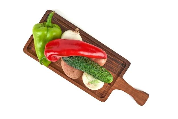 Variedades de vegetais em uma bandeja de madeira.