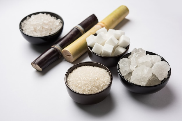 Variedades indianas de açúcar - subprodutos da cana-de-açúcar ou ganna servidos em uma tigela. foco seletivo