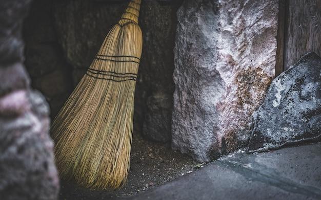 Varinha mágica fantástica vassoura de madeira; ferramentas mágicas do grupo de uma bruxa
