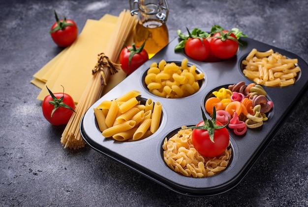 Vário tipo de massa e tomate cereja
