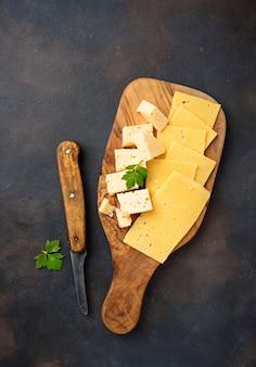 Vário tipo de queijo fatiado
