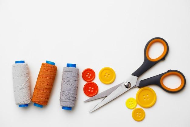 Vários acessórios de costura isolados no fundo branco