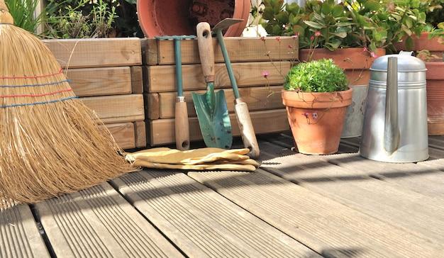 Vários acessórios no deck de madeira