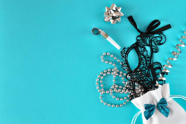 Vários acessórios para festas e máscaras em um fundo azul claro