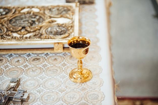 Vários acessórios para o casamento na igreja