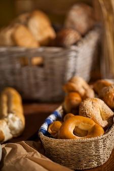 Vários alimentos doces no balcão Foto Premium