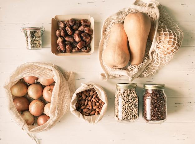 Vários alimentos frescos em embalagem ecológica. zero conceito de resíduos