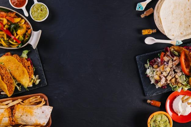Vários alimentos mexicanos em fundo escuro