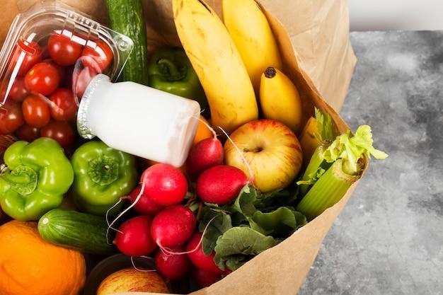 Vários alimentos saudáveis no espaço cinza. copie o espaço. espaço de alimentos
