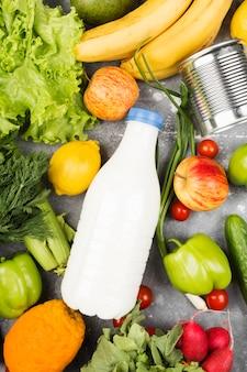 Vários alimentos saudáveis no espaço cinza. vista do topo. espaço de alimentos