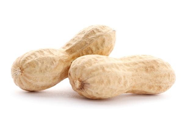 Vários amendoim com casca isolada no fundo branco. vista do topo. fechar-se.