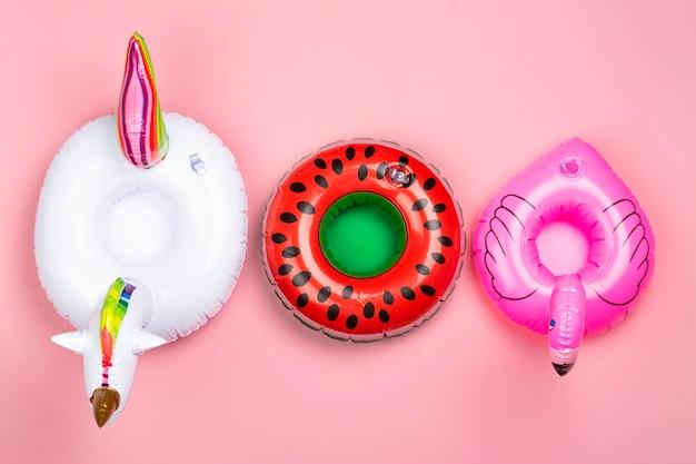 Vários anéis de brinquedo inflável