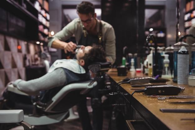 Vários aparadores na penteadeira