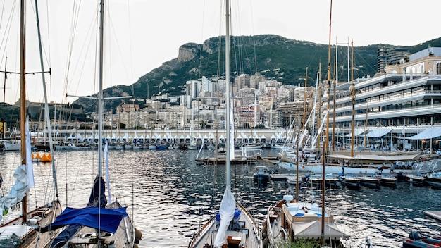 Vários barcos ancorados e iates em mônaco