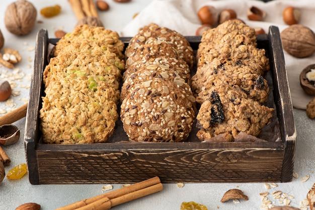 Vários biscoitos de aveia com nozes, frutas secas e frutas cristalizadas