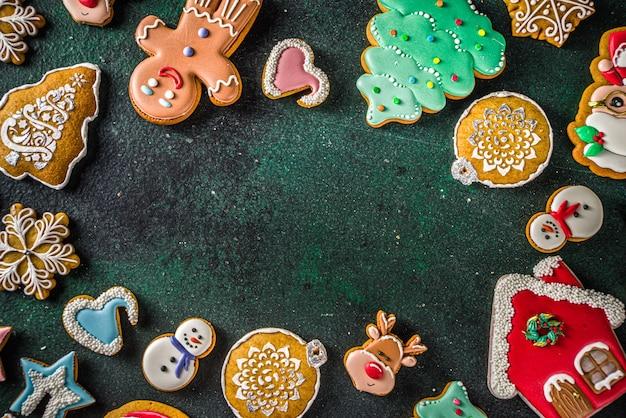 Vários biscoitos festivos com cobertura de açúcar