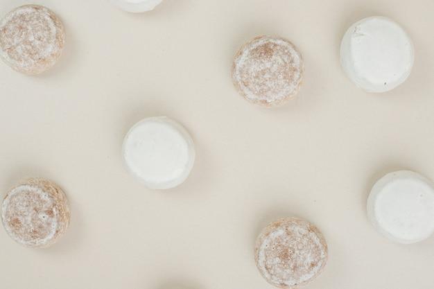 Vários biscoitos saborosos na superfície bege