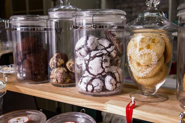 Vários bolos e biscoitos em um café no balcão