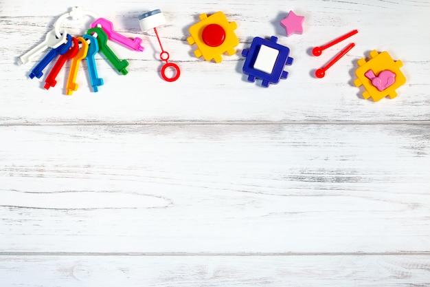 Vários brinquedos de bebê na mesa de madeira